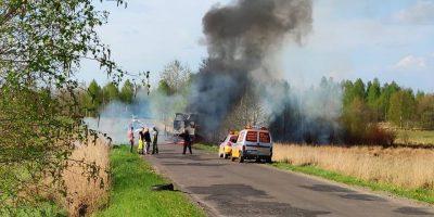 Pożar samochodu na drodze pomiędzy Kaleją a Gorzelnią