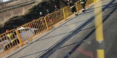 Wypadek w Starej Gorzelni. Połamał barierki i wpadł do rowu!