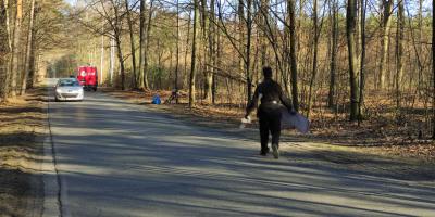 Kominiarz sprząta las – zbiera śmieci wyrzucone przez ludzi