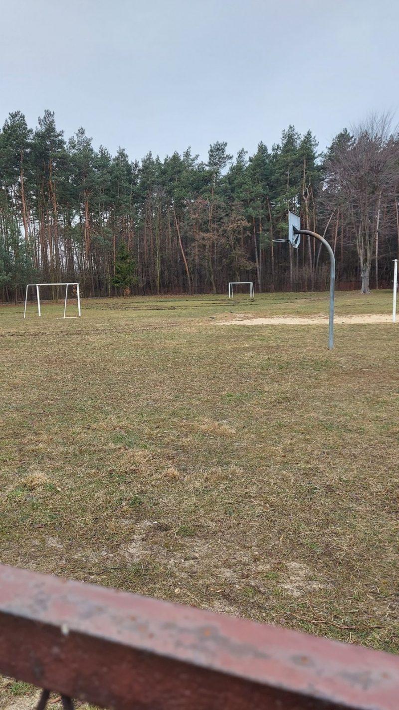 Zdewastowali boisko szkolne w Blachowni. Sprawa trafiła na Policję